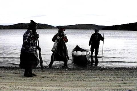 ils débarquent du canot