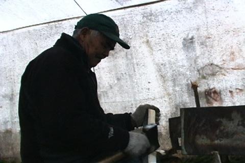 il fait des copeaux de bois à la hache