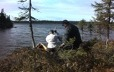 Deux chasseurs s'apprêtent à mettre leur canot à l'eau