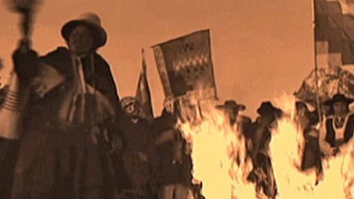 En Bolivie, danse traditionnelle dédiée à la Terre mère, autour d'un feu