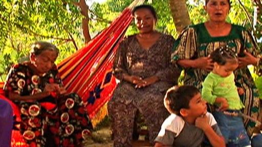 Groupe de femmes guajiras et quelques enfants dans un village de Bolivie