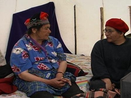 À l'intérieur d'une tente, une aînée de Natashquan s'entretient avec Evelyne St-Onge