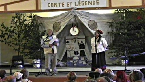 Deux animateurs annoncent l'ouverture du festival Innucadie